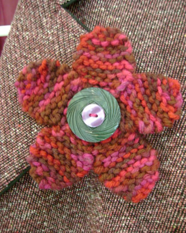 free-knitting-pattern-flower-pin-with-button-center