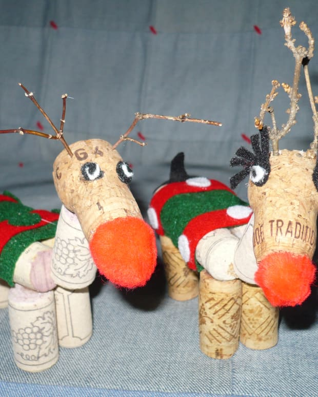 how-to-make-a-christmas-rain-deer-out-of-wine-corks