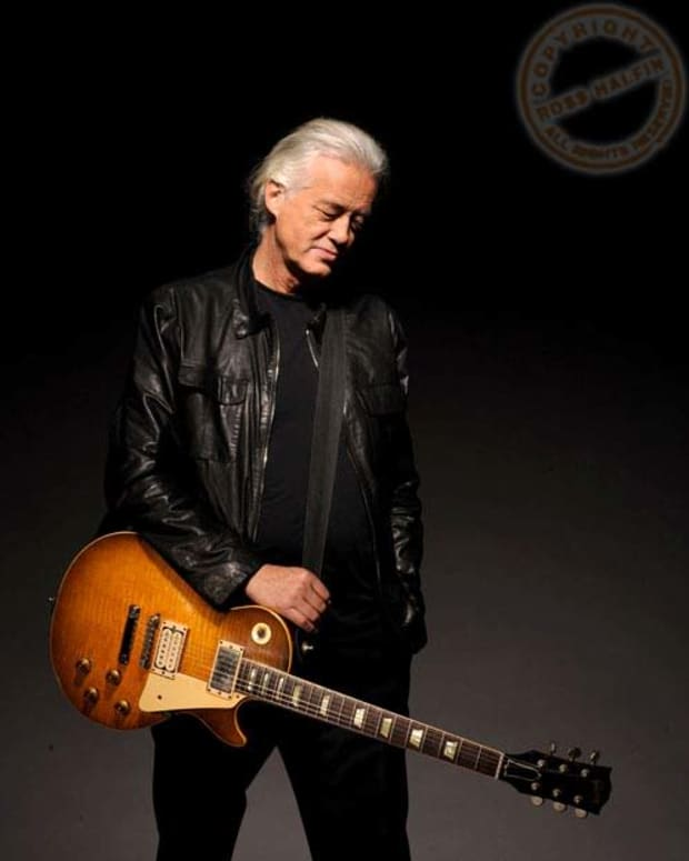 jimmy-page-and-his-gibson-signature-les-paul-guitar