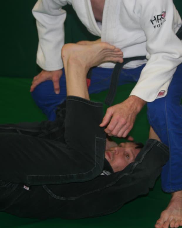 passing-revese-de-la-riva-guard-a-bjj-tutorial