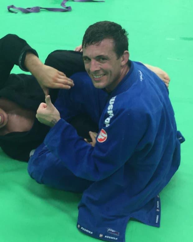 deep-lasso-guard-pass-to-half-guard-smash-a-bjj-tutorial