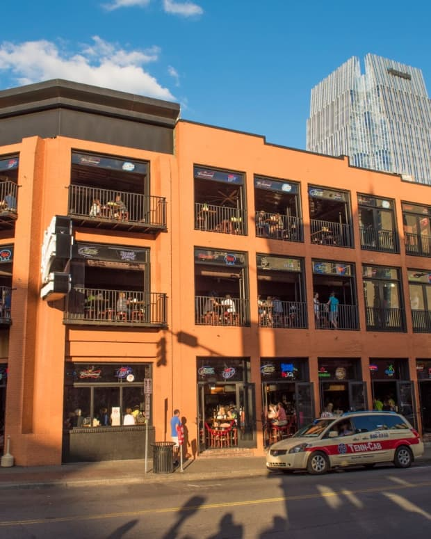 downtown-nashville-honky-tonks-lower-broadway