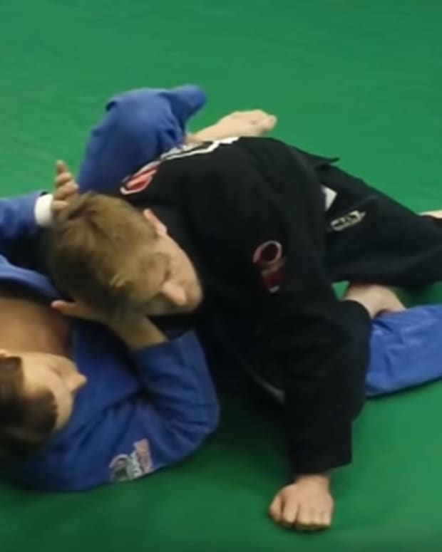 how-to-do-a-knee-cut-guard-pass-in-bjj