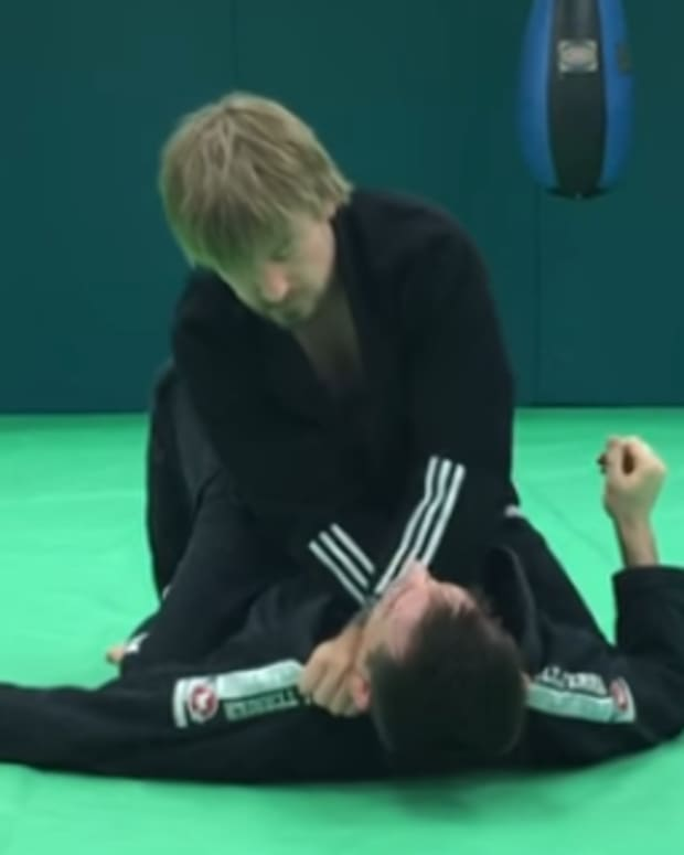 how-to-cross-choke-from-the-mount-in-bjj