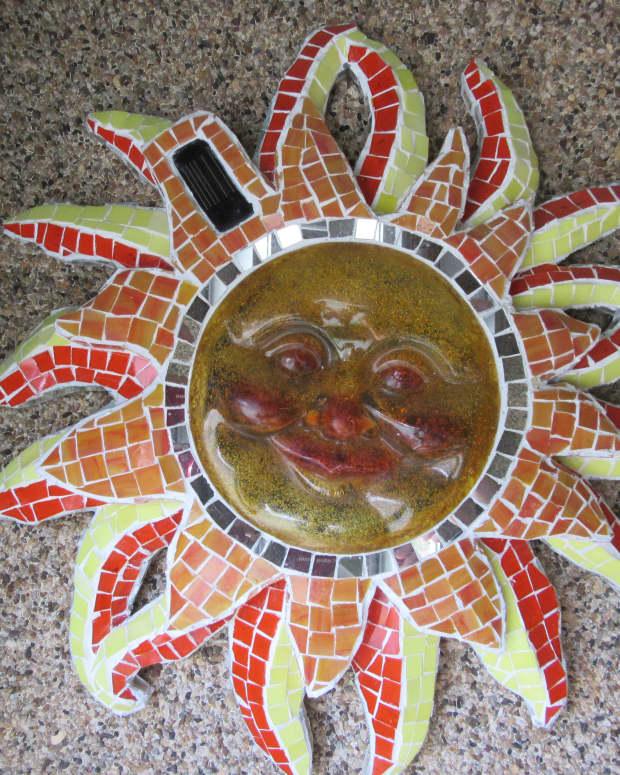 mosaic-artwork-trash-to-treasure-upcycle-yard-art