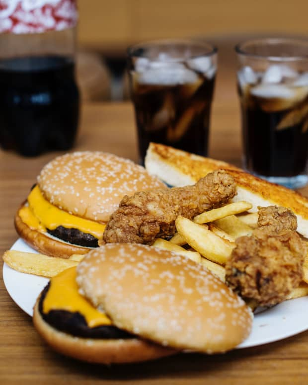 pros-and-cons-to-decide-whether-junk-food-be-banned-or-allowed-in-schools