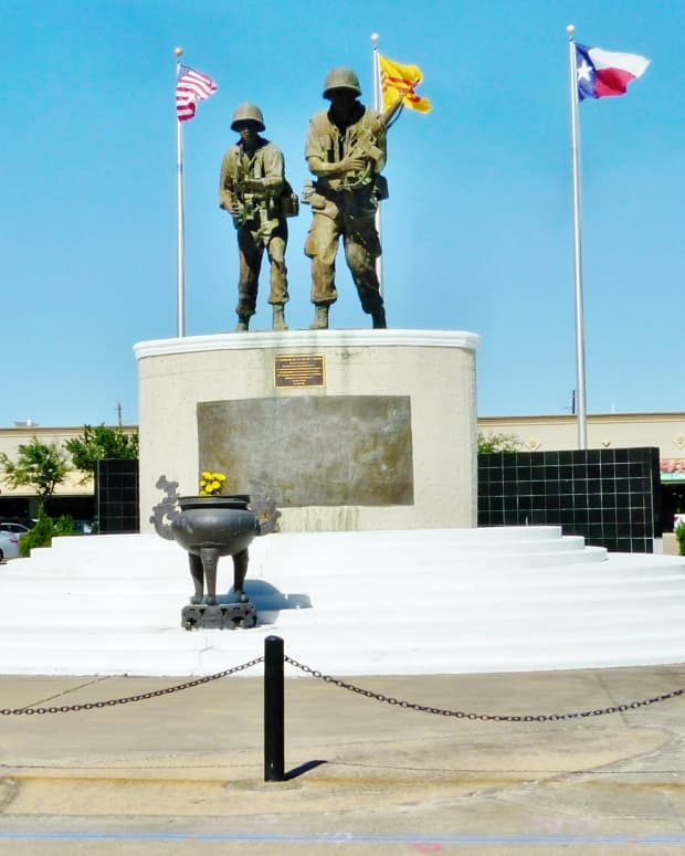 vietnam-war-memorial-in-shopping-center-of-houston-texas