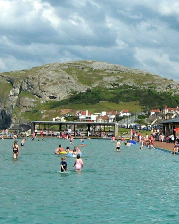 llandudno-north-wales-promenade-pier-visit-uk-vacation-punch-judy-show