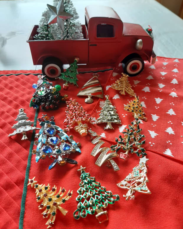 how-to-collect-antique-and-vintage-christmas-jewelry