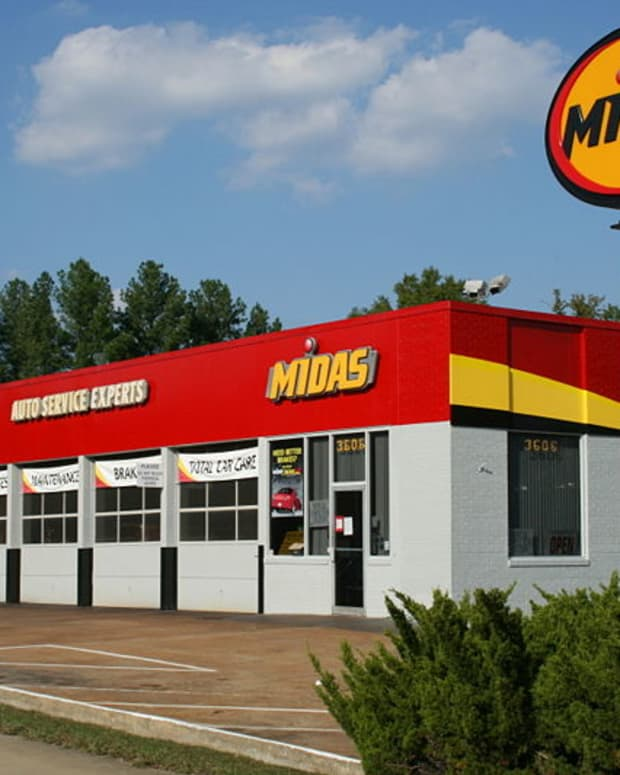 I'm not promoting Midas over other shops, but in this instance, look at how well maintained this store is.  Sign in good shape, bay banners are nice and fresh, bushes trimmed, etc. That's a good start.