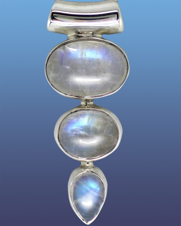white-crystals-and-gems-for-power-and-peace