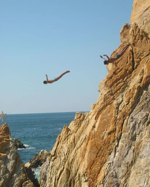 acapulco-cliff-divers-walking-across-the-cliff
