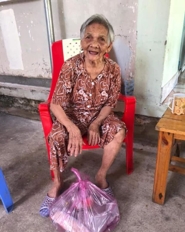 the-90-year-old-old-man-not-afraid-of-anyone-took-a-mortar-and-beat-the-police-at-the-quarantine-point