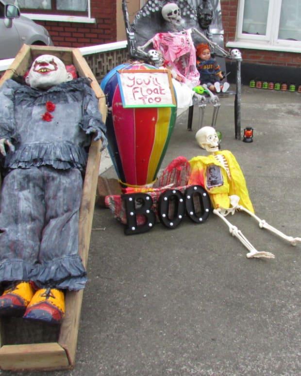 halloween-displays-georgie-skeleton-paper-sail-boat-decorations-holiday-scary-film-movie-it-sailboat-it-diy-boy