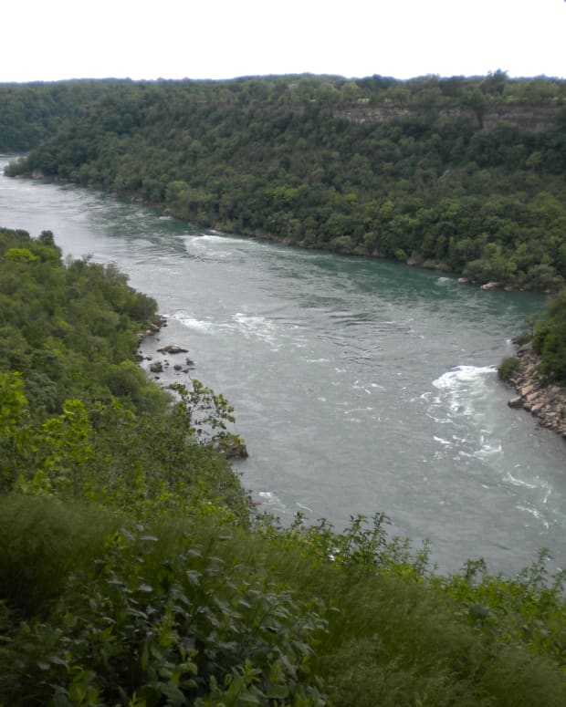 a-short-hiking-trail-into-the-niagara-falls-gorge-devils-hole