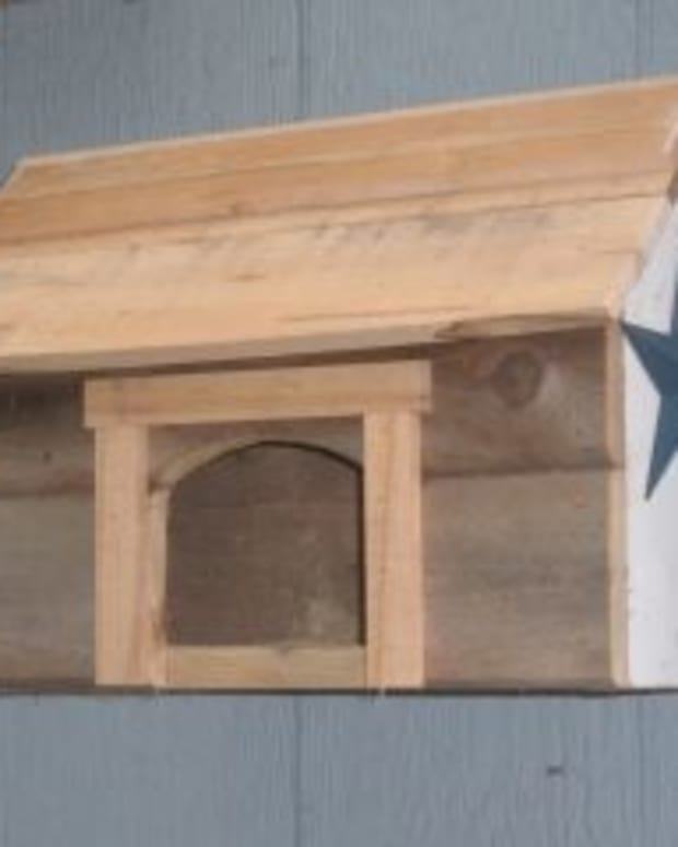 wooden-birdhouse-from-salvaged-wood
