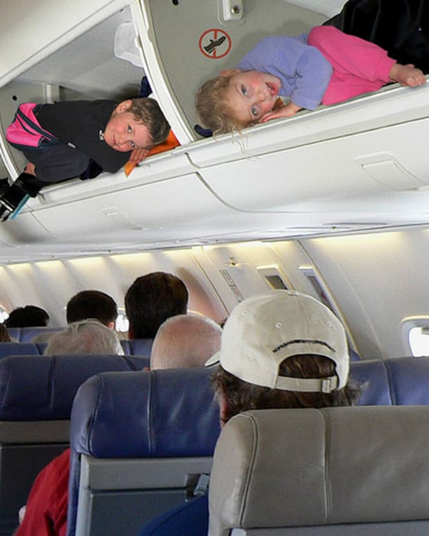 traveling-by-airplane-with-small-children