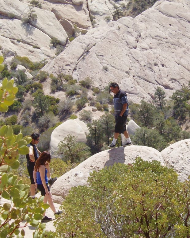 hiking-at-the-devils-punchbowl