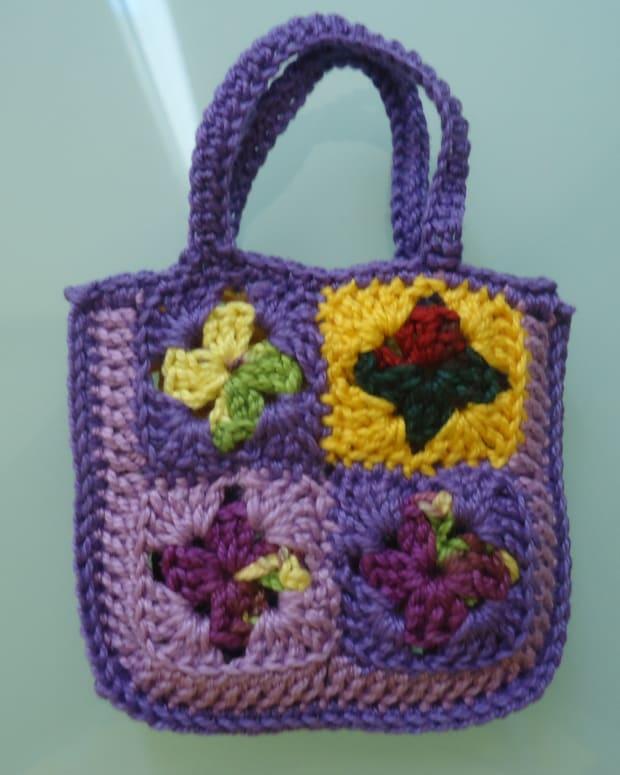 barbie-granny-square-shopping-tote-bag-free-crochet-pattern