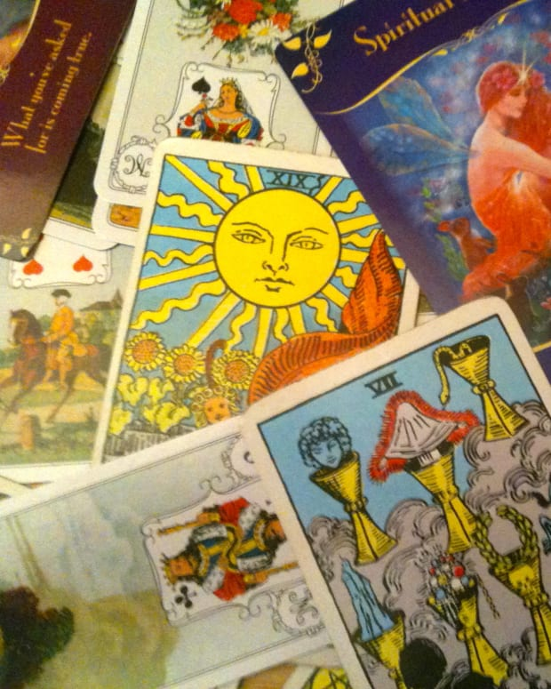 what-is-the-difference-between-tarot-and-oracle-cards