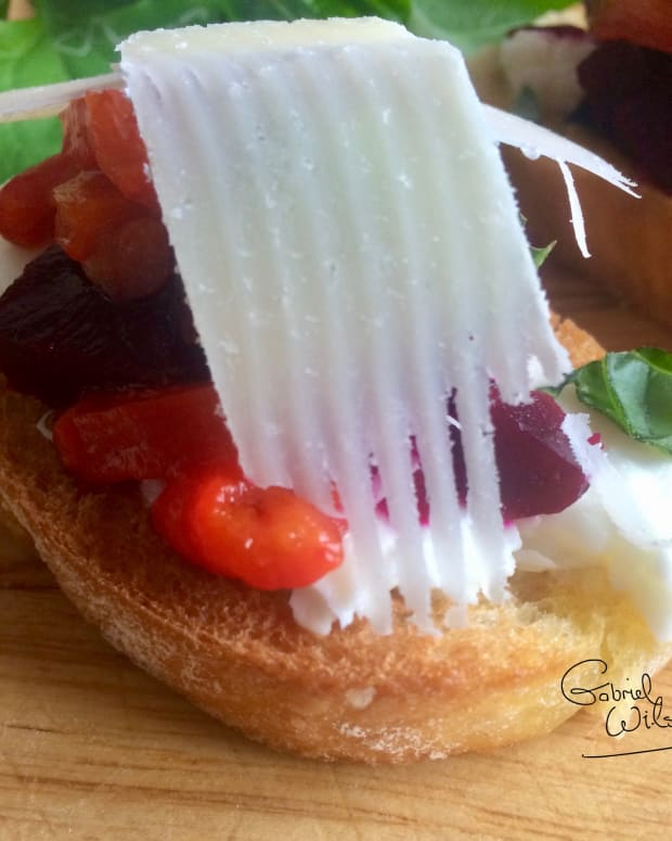 bruschetta-recipe-delicious-antipasto-with-goats-cheese-and-roasted-red-pepper