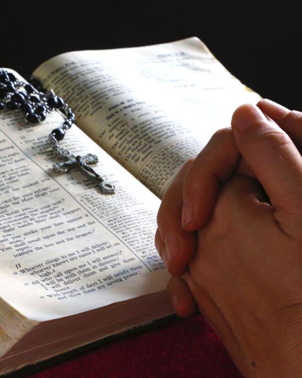praying-the-catholic-rosary