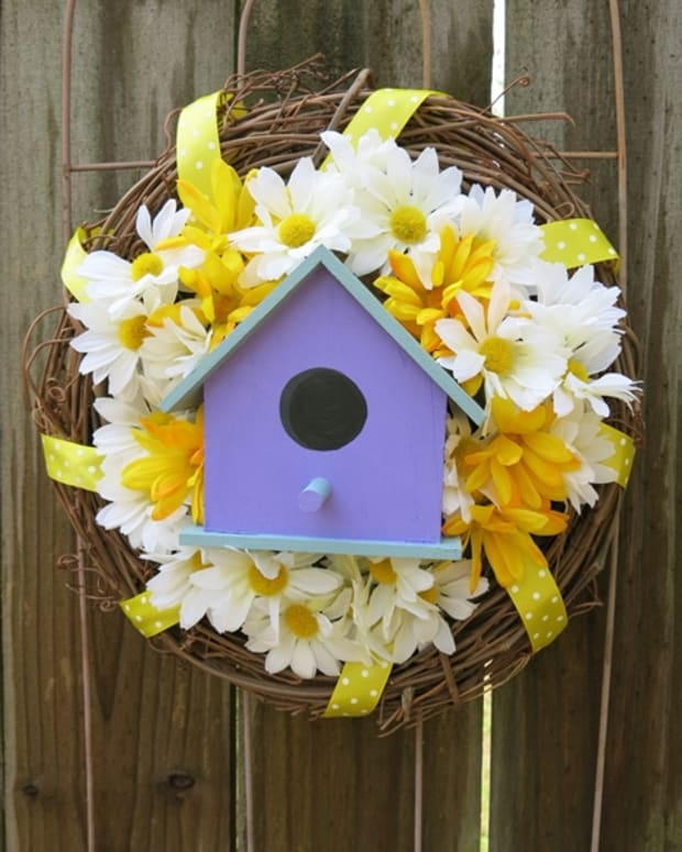 diy-craft-decoration-how-to-make-a-welcome-wreath-with-a-charming-bird-house-and-flowers
