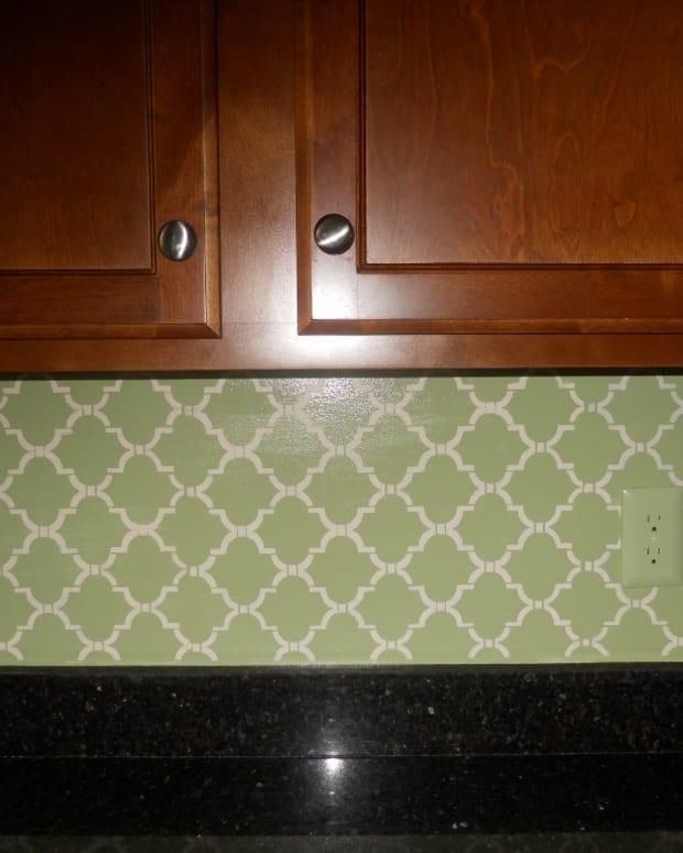 how-to-stencil-your-kitchen-back-splash