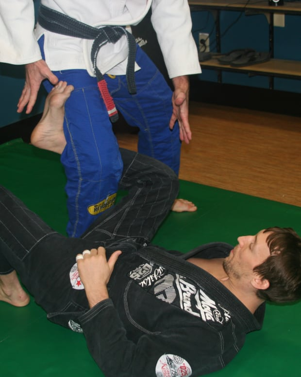 passing-revese-de-la-riva-guard-a-bjj-tutorial