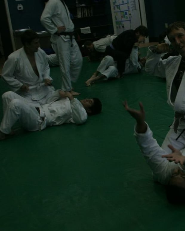 how-to-escape-the-mount-by-catching-the-foot-a-basic-bjj-tutorial