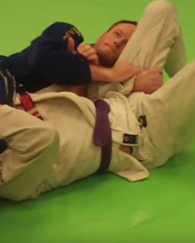 how-to-do-a-head-scissors-carlson-gracie-choke-a-bjj-tutorial