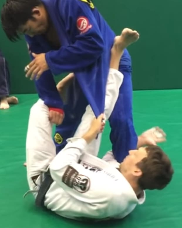 how-to-set-up-lapel-guard-for-bjj-and-catch-a-triangle-a-tutorial