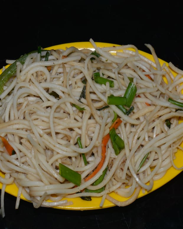 making-chinese-vegetable-noodles-in-indian-style