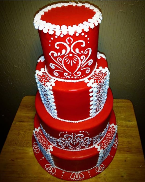 cake-decorating-basics-how-to-stack-a-tiered-cake