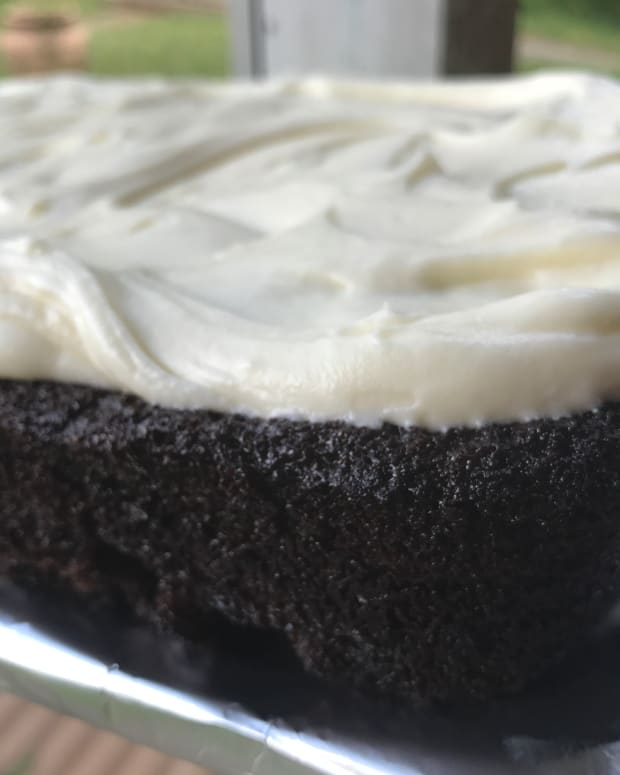 homemade-chocolate-cake-with-cream-cheese-frosting