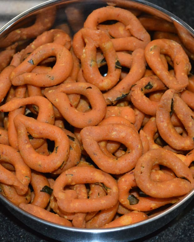 how-to-make-indian-snack-kodubale-or-spicy-rings