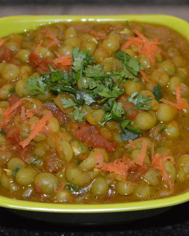 vegan-side-dish-making-dried-green-peas-curry