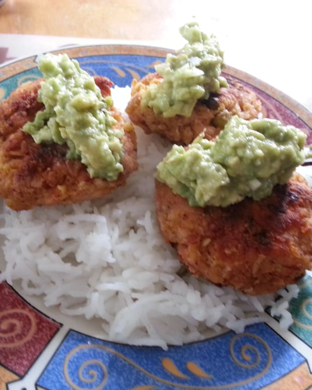 irresistible-salmon-cakes-with-avocado-dip