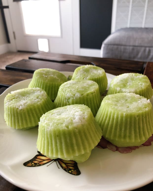 how-to-make-malaysian-steamed-pandan-coconut-cake-puteri-ayu