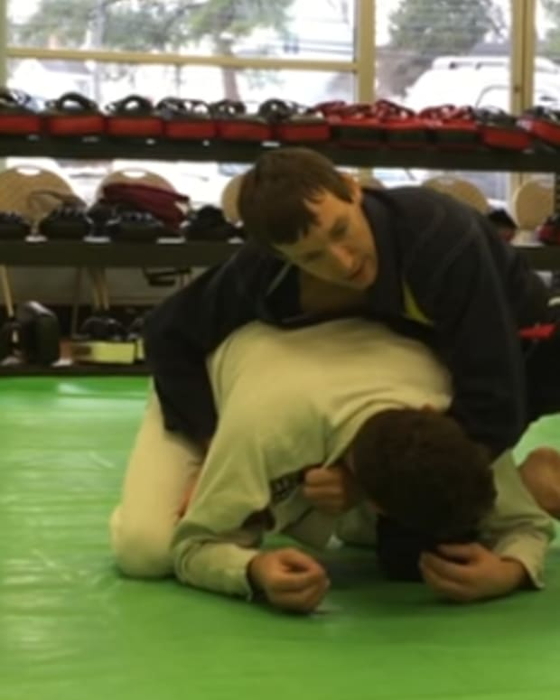 how-to-do-the-clock-choke-in-bjj-and-defend-it