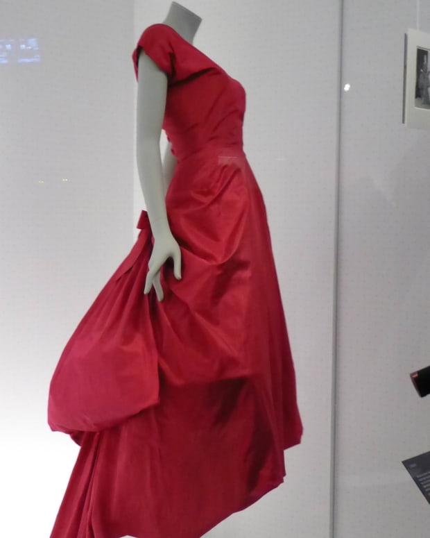 balenciaga-shaping-fashion-exhibition-at-londons-va-museum