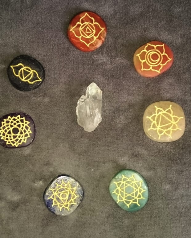how-to-balance-the-chakras-using-crystals