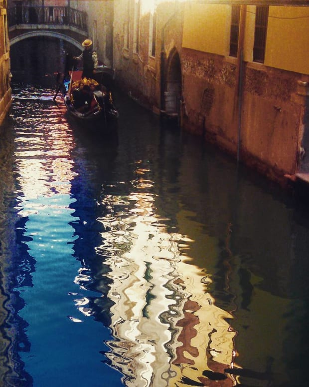 italy-for-honeymooners-a-gondola-ride-in-venice