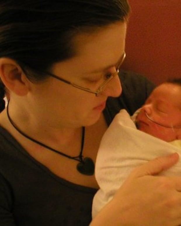 interacting-with-premature-infant-developmental-care-nicu