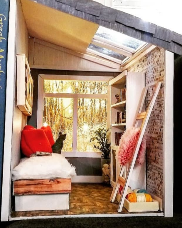 diy-tiny-house-with-a-forest-view-book-nook