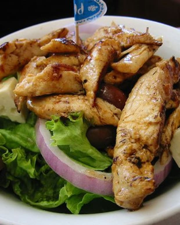 A Stylish Restaurant at Home! Special Menu: Grilled Chicken on Baby Green Salad and Cheese (Flickr)
