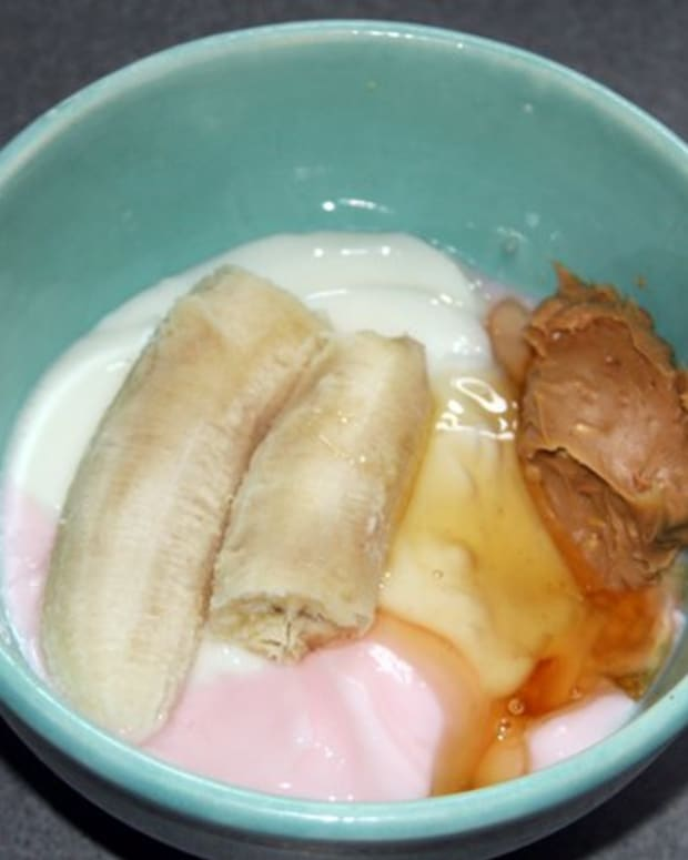 Yogurt, banana, peanut butter and honey are the basic ingredients in the Frosty Paws recipe.