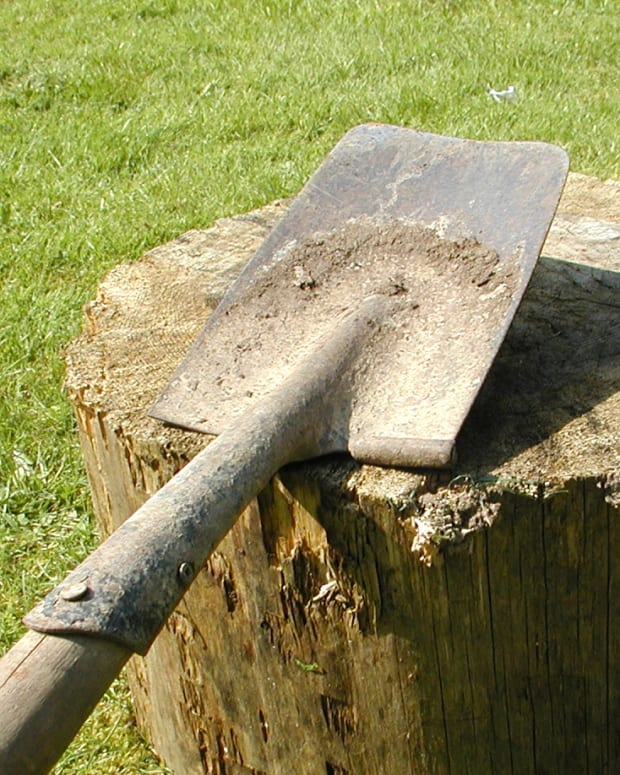sharpening-a-spade-with-an-angle-grinder