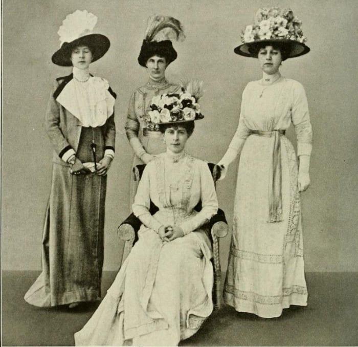 Sombreros grandes: La reina María y las damas 1911.