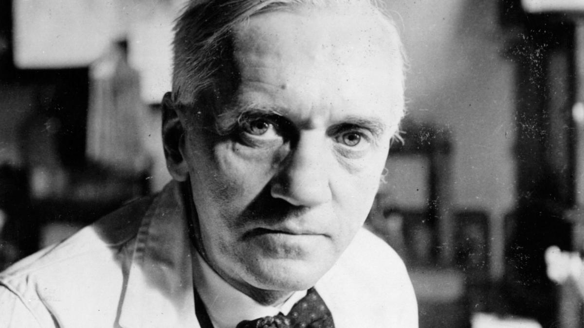 alexander fleming 2 Alexander fleming and the accidental mould juice - the serendipity of science (2/3) when alexander fleming came back from holiday he noticed that mould contamination on an experimental plate had.
